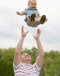 , Ο άντρας μου τρελαίνεται να πετά το παιδάκι  μας στον αέρα….